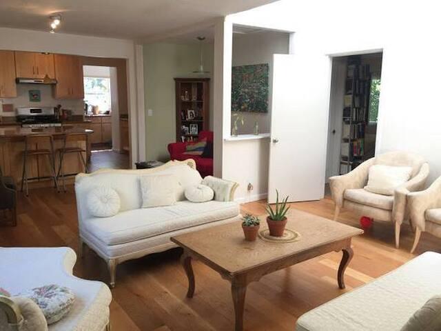 Sunny Guest Room in Beautiful North Berkeley Gem