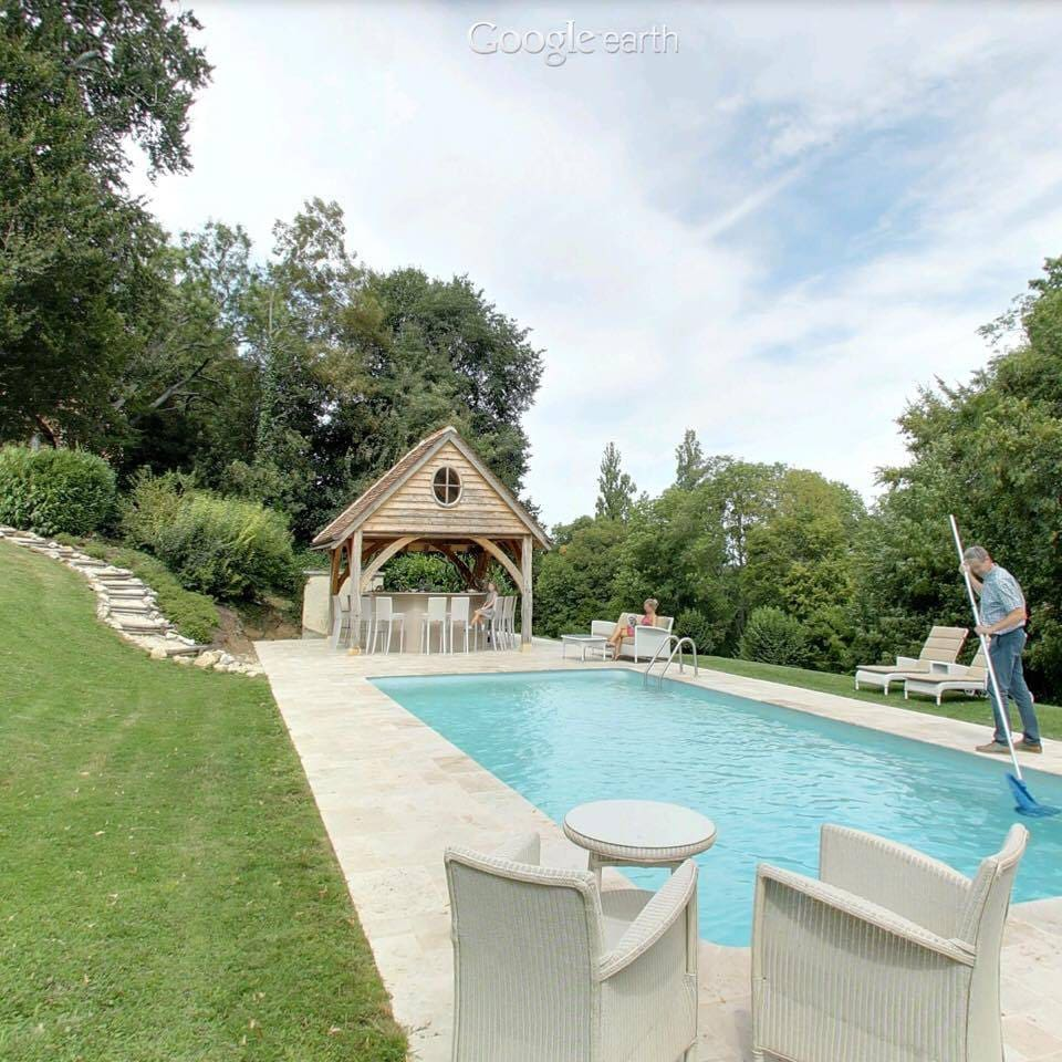 The vacation home is located on the Chateau Valcreuse property. From April until september you can use the pool and the poolbar facilities .