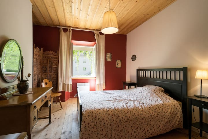 Double room in a lovely family home. - Jougne - Huis