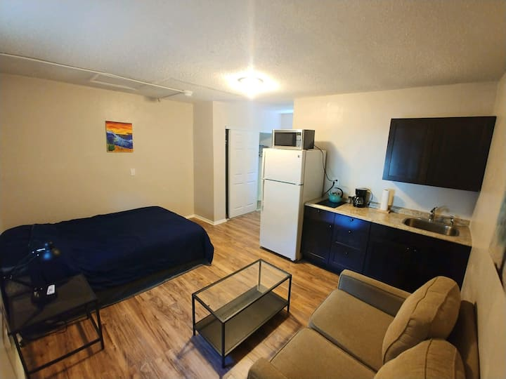 Private Studio Apartment -free driveway parking