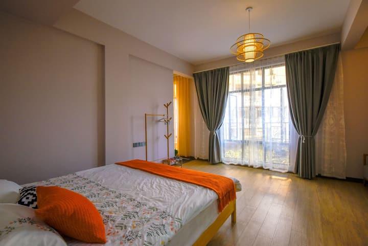 房间以日式风格装修布置的温馨舒适,有个开放式厨房和洗手间都是独立在套房里的,周边景有崇禧塔,七星岩
