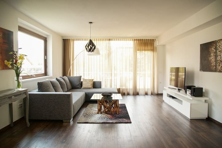 Modern apartment with huge balcony and quick WIFI - Salzburg - Lägenhet