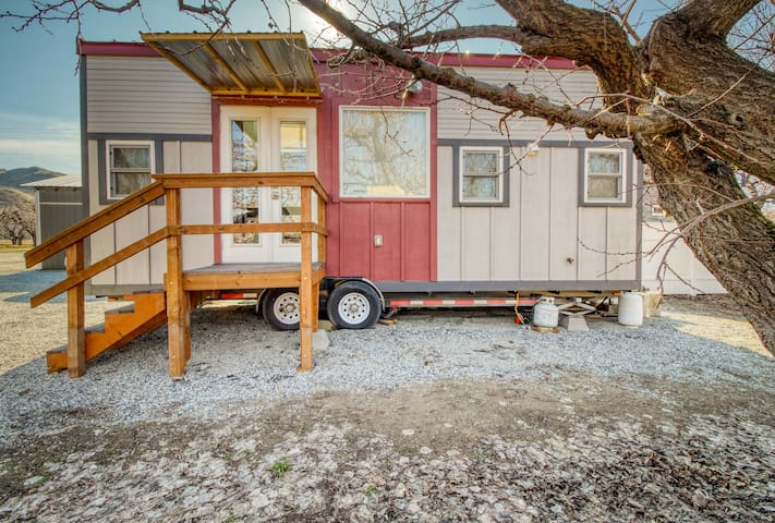 Modern & cozy tiny house in a quiet orchard - walk to a river beach!