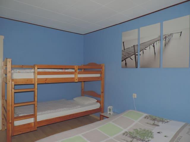 Schlafzimmer 1 1x Doppelbett 140x200cm // 1 Etagenbett = 2x 90x200cm