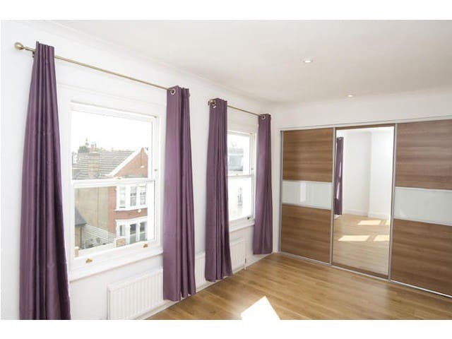 Lovely spacious double room in Fulham, near tube