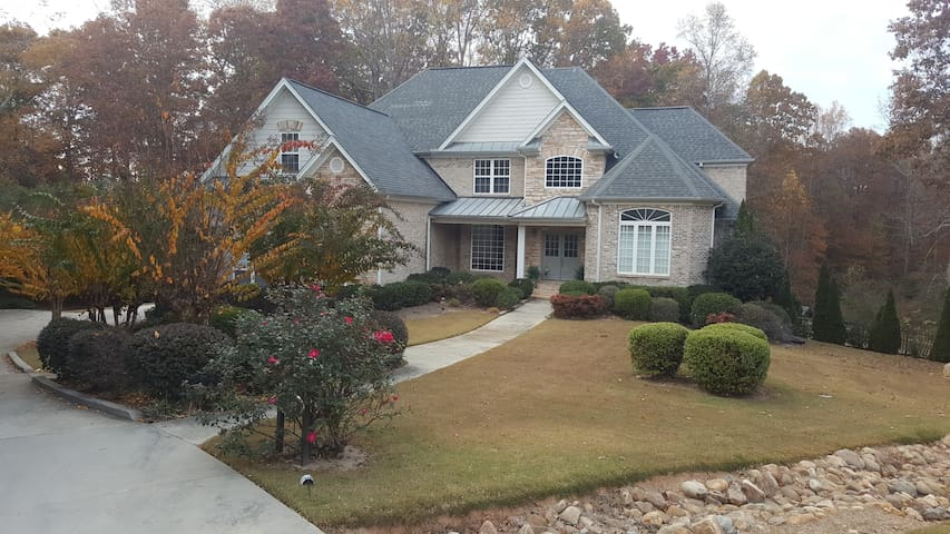 Spacious family-style 5 bedroom, private location - Marietta - Σπίτι