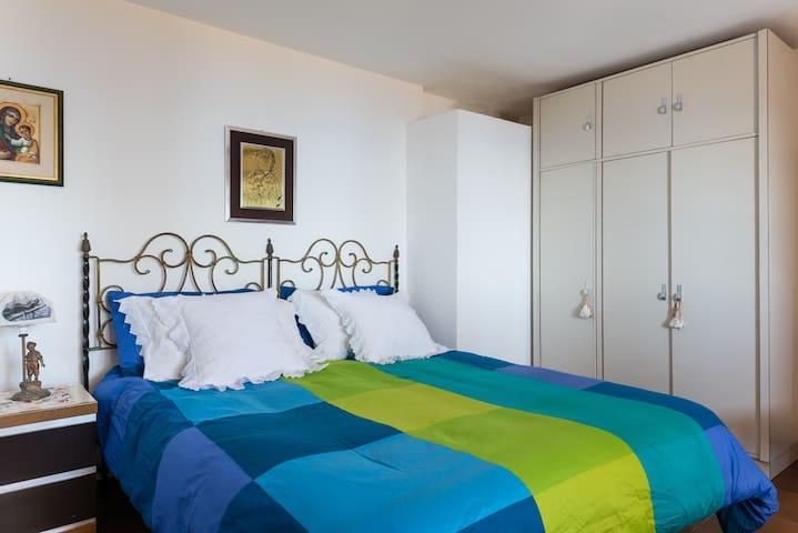 Camera da letto principale con finestra vista mare/ The bedroom has a window sea view