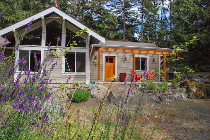 NEW! Secluded 2 acres, bike to Roche Harbor, bikes
