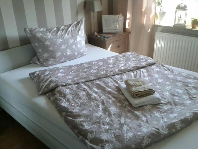 Großes EZ, großes Bett nahe Airport - Norderstedt - House