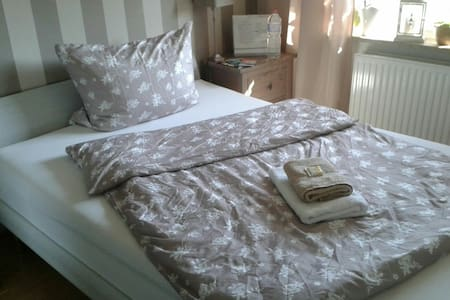 Großes EZ, großes Bett nahe Airport - Norderstedt - Talo