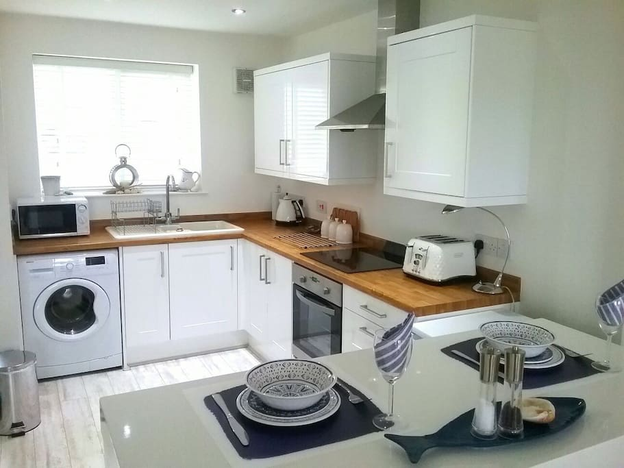 Well equipped open plan kitchen with bistro breakfast bar