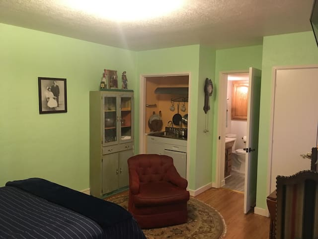 Private Studio, walk to Downtown Campbell!