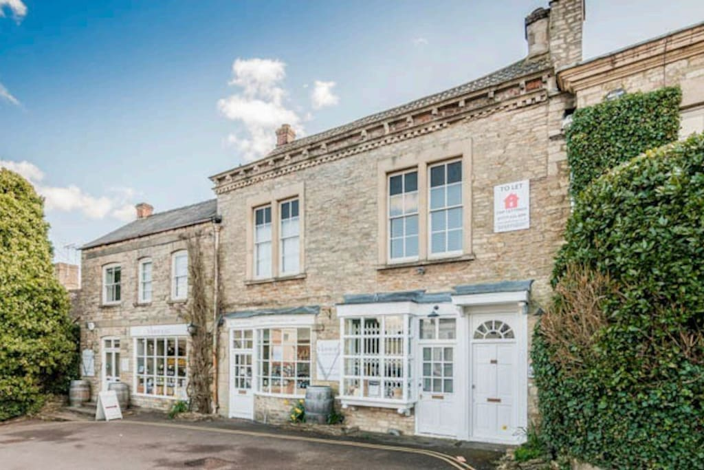 Grade II listed, Cotswold stone, split level apartment. Centrally located in the beautiful market town of Tetbury