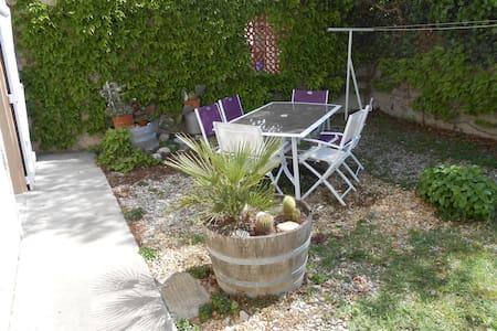 Agréable studio ensoleillé, avec terrasse .