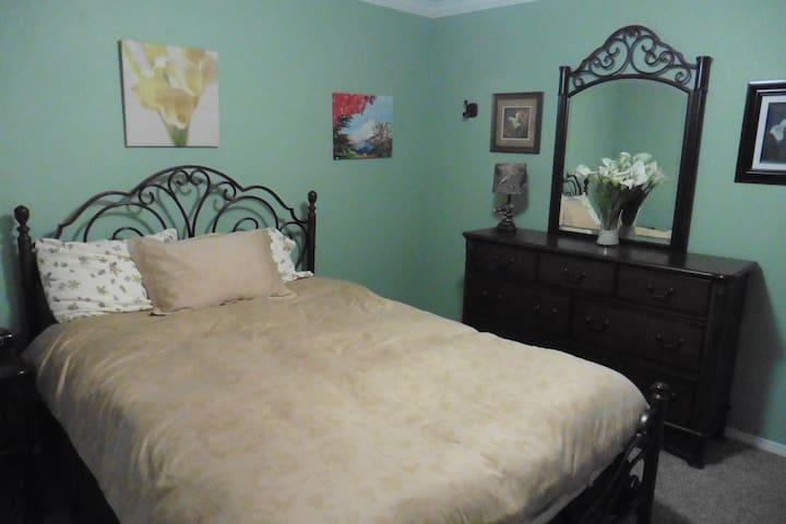 2nd Bedroom (Queen)