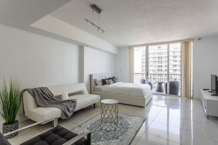 Stunning Bayview Studio in Downtown
