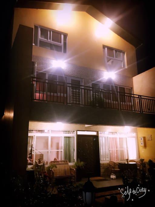 三樓獨棟,一樓還有停車位及花園,夜晚可坐在迴廊聽音樂喝咖啡看夜景 若要烤肉也可以 2樓兩間房間有大陽台