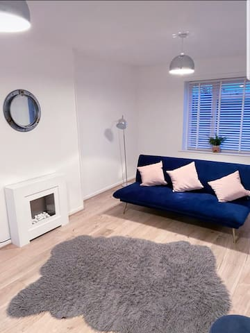STYLISH 3 bed house + Free parking+ Great Location