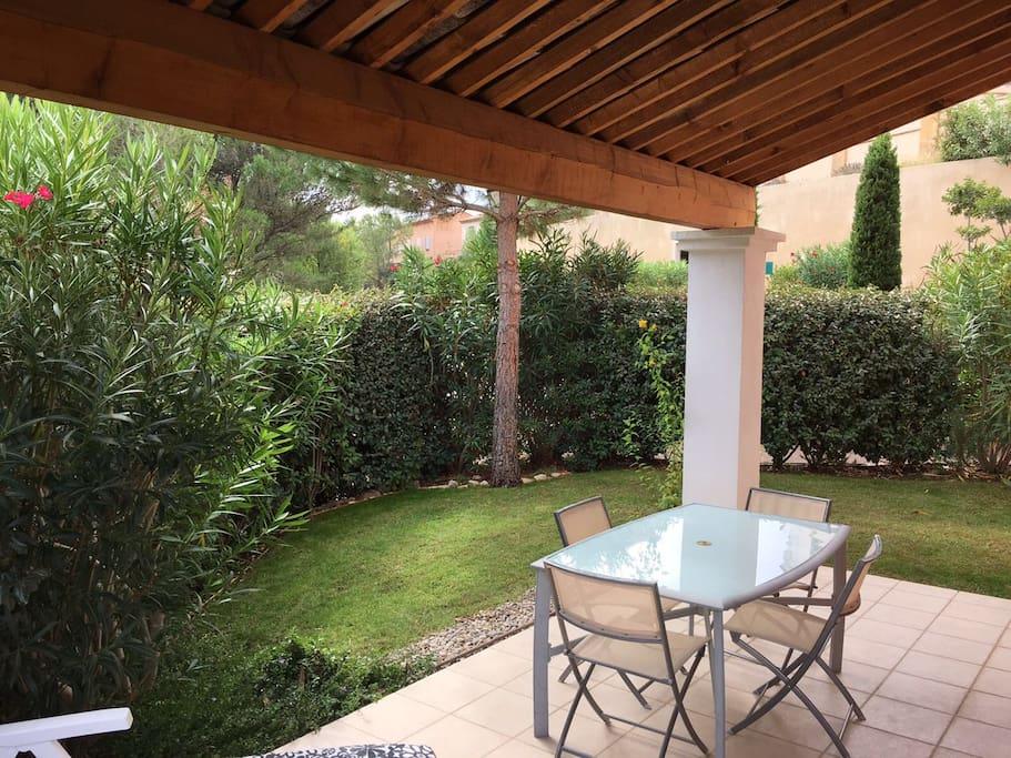 Terrasse au calme avec jardinet