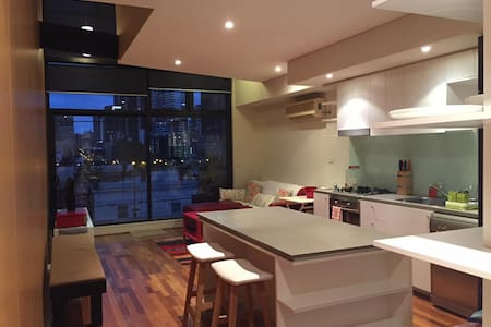 apartment with city view and access to free tram - North Melbourne - Huoneisto