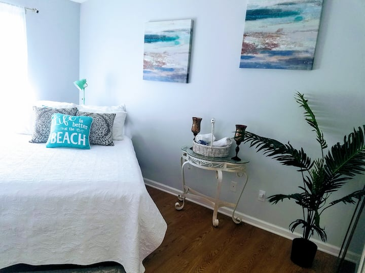 Private Rm in Beachy Chic condo near Mayo & beach