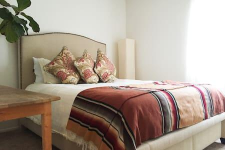 Cozy Room Walking Distance to Beach - Lägenhet