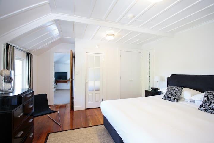 Harbour Views - Ponga Suite - The Old Oak