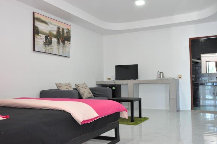 Stylish king-sized bedroom w/ AC & wifi - Binlar 2