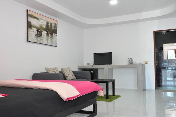 Stylish king-sized bedroom w/ AC & wifi - Binlar 2