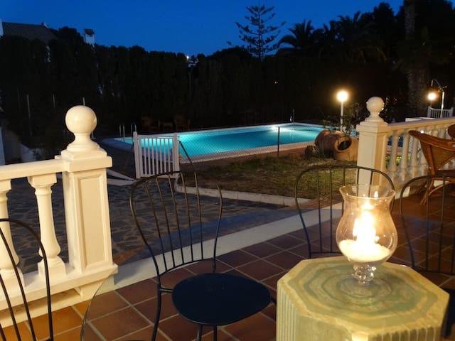 Chalet con piscina privada, gran jardín y wifi - Torrevieja - Hus