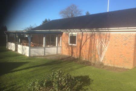 Villa med lukket have udlejes - Nørre Snede - Maison