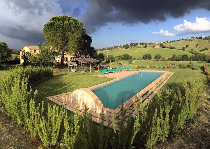 Casa in campagna con piscina e giardino