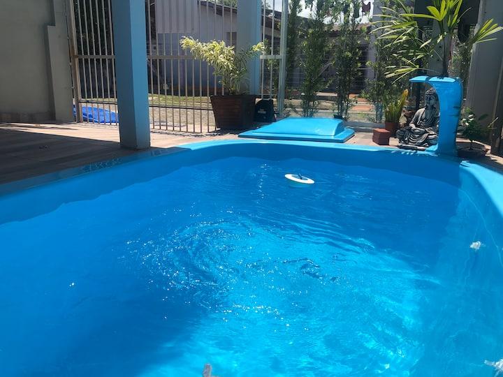 Casa com piscina, dois dormitórios, churrasqueira.