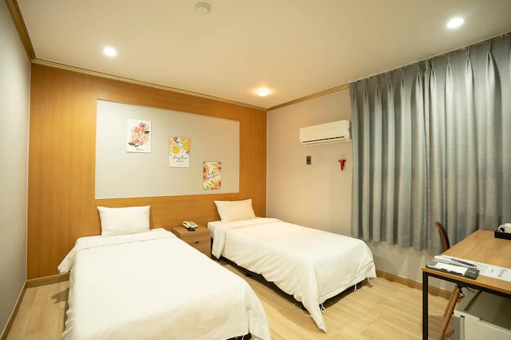 JEJUSTAY HOTEL(TWO SINGLE BED)