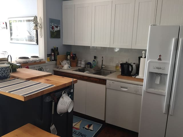 Kitchen has no stove but has hot plates and grill plus big Weber BBQ