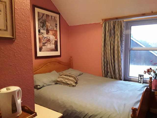 Old Inn,Ballygrant. Peaceful , pink room.