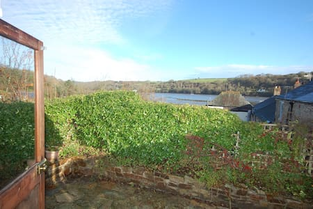 Relax in a village overlooking the River Fowey - Golant - House