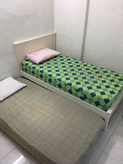 Small rm ~ twin bed.