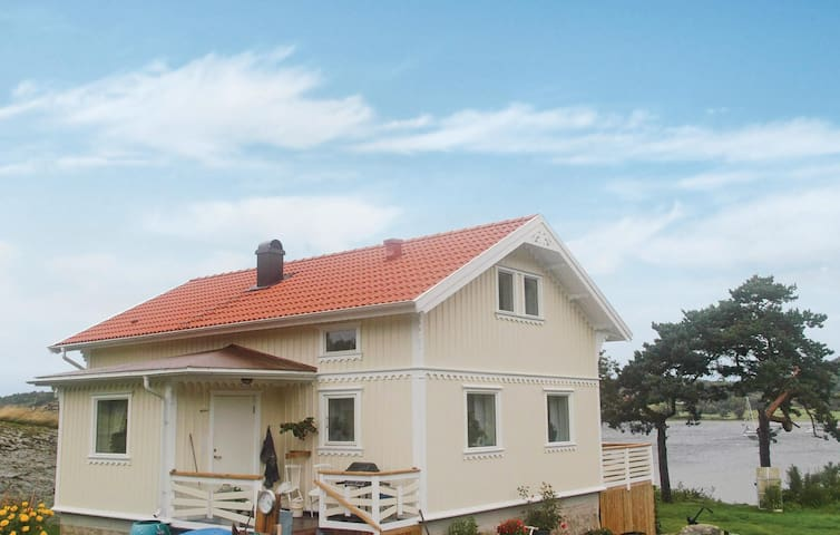 Holiday cottage with 1 bedroom on 84 m² in Henån