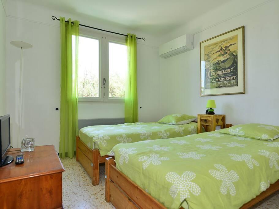 chambre dans villa partagee avec piscine villas for rent in sor de languedoc roussillon france. Black Bedroom Furniture Sets. Home Design Ideas