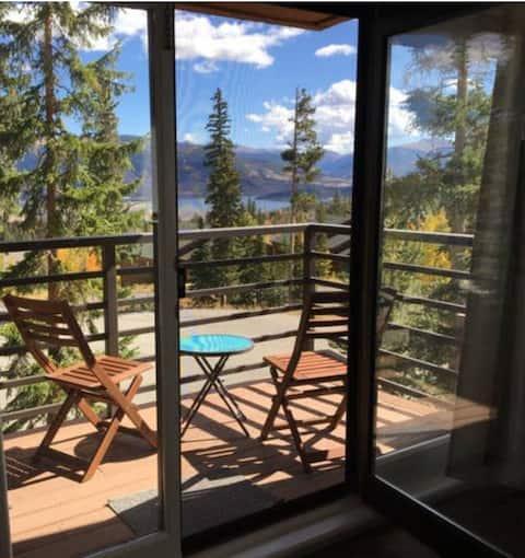 Comfy Studio Condo w/ Mountain & Lake Dillon Views