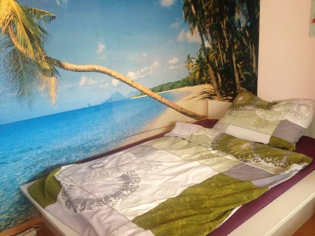 Im zweiten Zimmer befindet sich ein Doppelbett. Ideal auch zum Alleineliegen,...