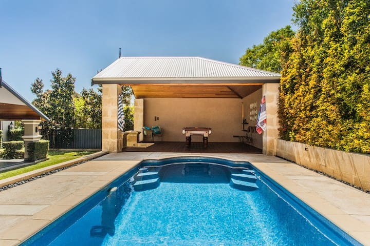 Luxurious family home, central location. - Nedlands - House
