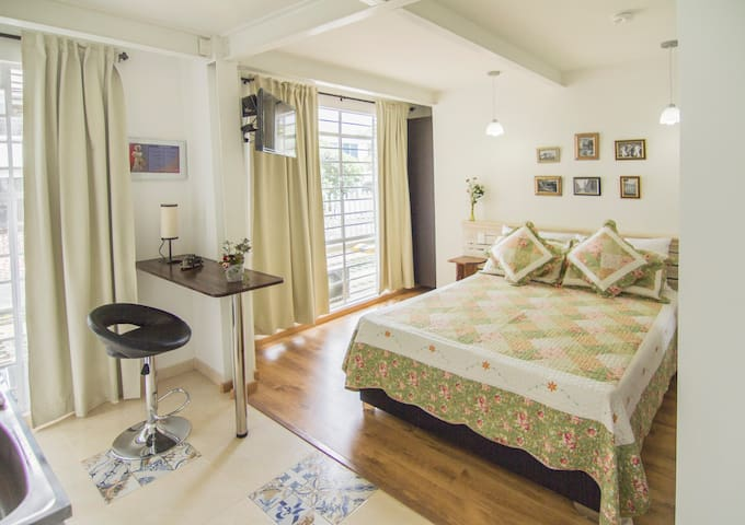 Full and cute studio for 2 (TULIP) - Cali - Bed & Breakfast