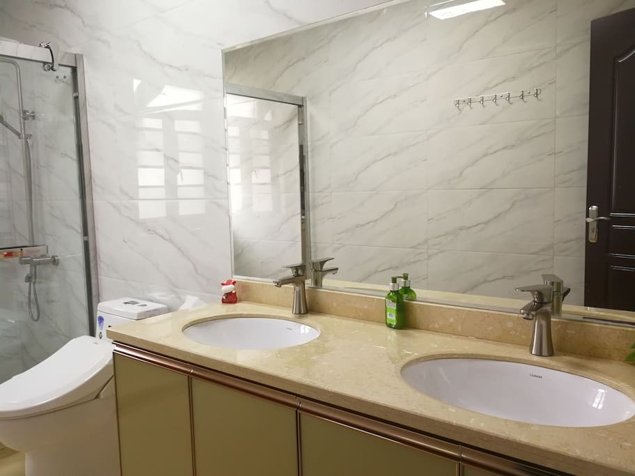 洗手间带智能马桶,双洗手盆