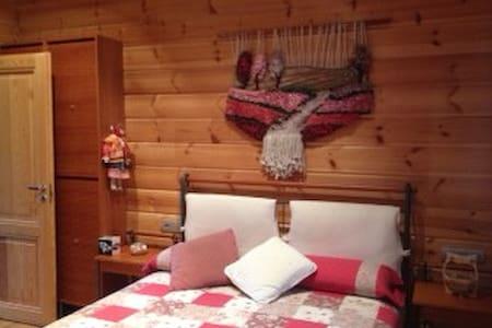 Habitación doble muy confortable (casa finlandesa) - Begues