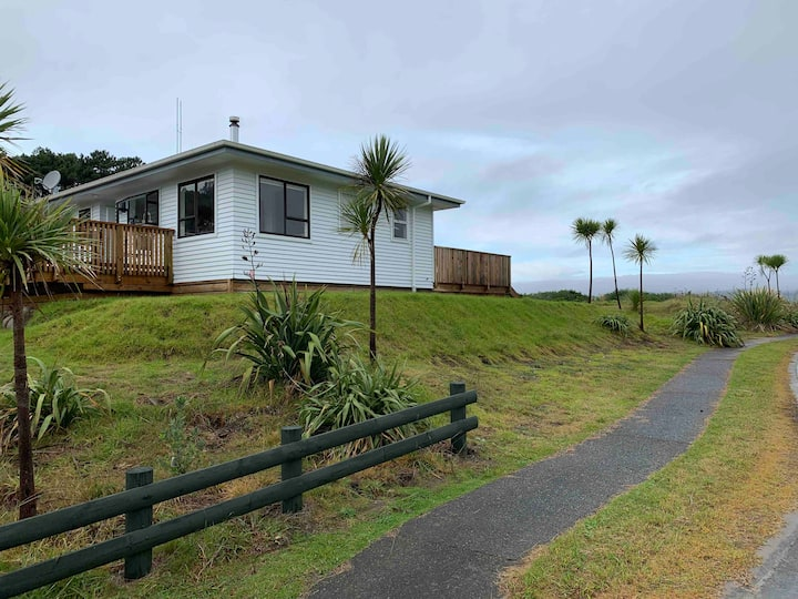 Blue Bay Mahia - Large Family Bach with Sea Views