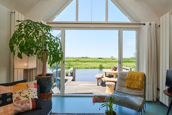 Charming waterfront nature cottage near Amsterdam