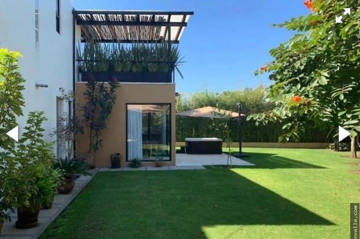 Hermosa Casa Moderna con bello jardín / equipada