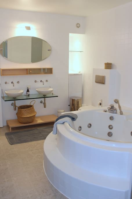 Large Bathroom with Jacuzzi